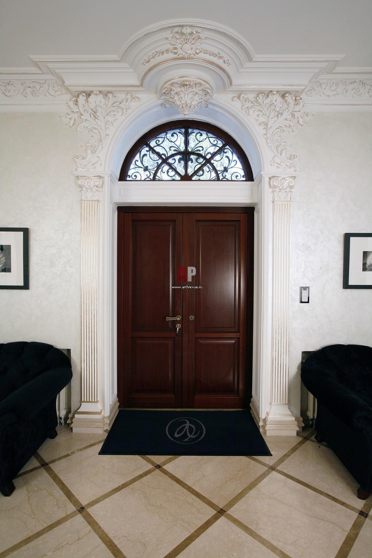декор над входной дверью