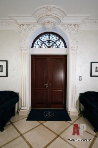 Интерьер прихожей над входной дверью