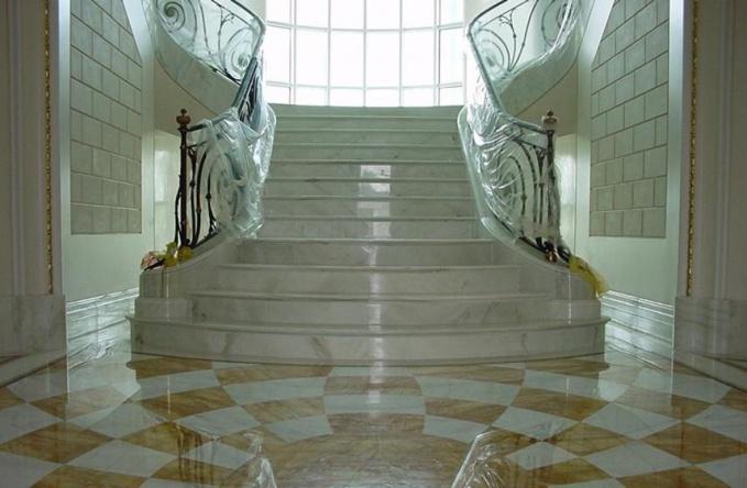 Особенности и преимущества лестницы из мрамора