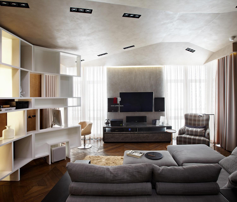 Дизайн маленькой гостиной с двумя окнами