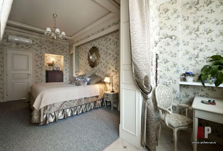 дизайн интерьера французской квартиры в пастельных тонах с ковкой и
