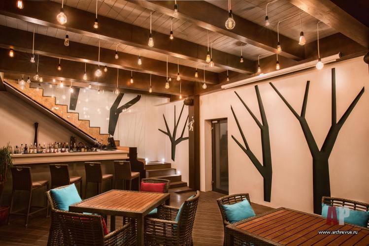 Интерьер натуральным деревом кафе