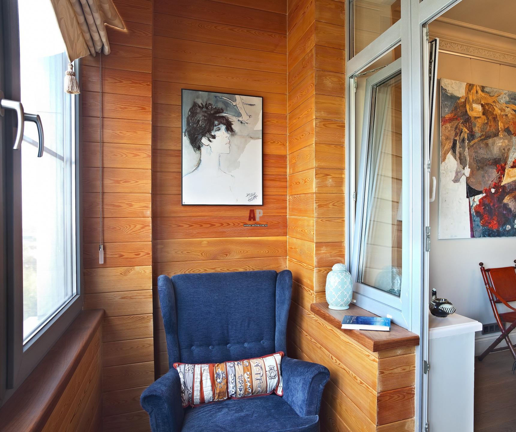 Фото интерьера лоджии небольшой квартиры в стиле фьюжн.