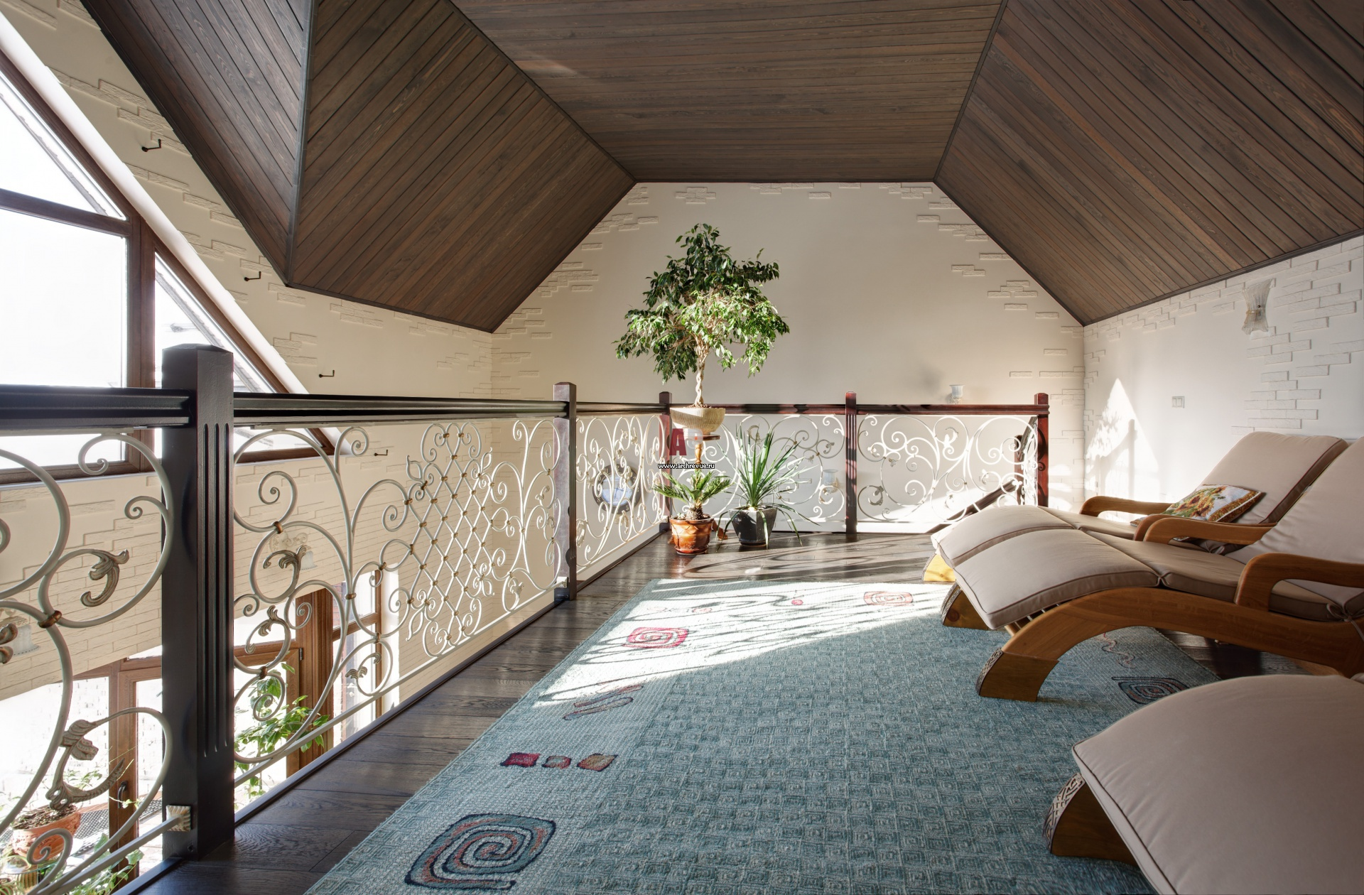 Фото интерьера балкона небольшого дома в стиле неоклассика.