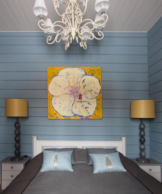 Интерьер спальни в деревянном доме в краске фото