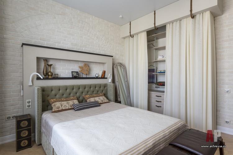 Интерьер спальни с обоями под кирпич фото