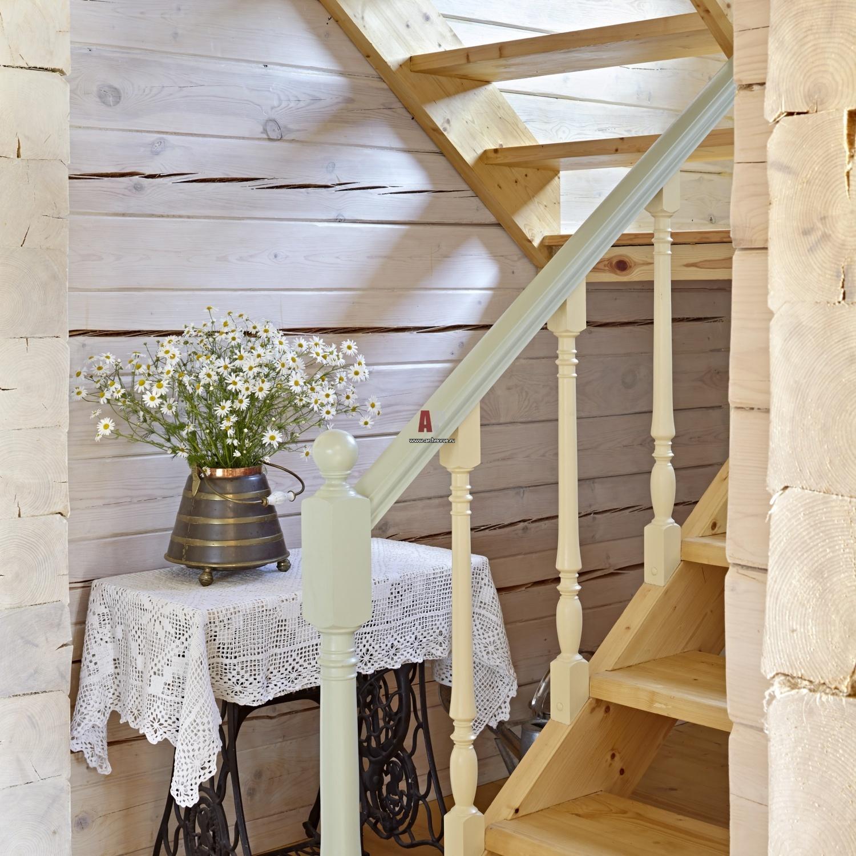 Бюджетная деревянная лестница для дачи фото