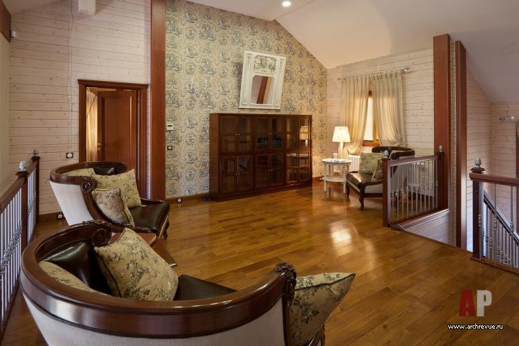 Холл второго этажа в деревянном доме