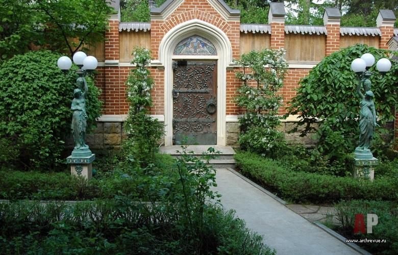 Ландшафтный дизайн у ворот дома 623