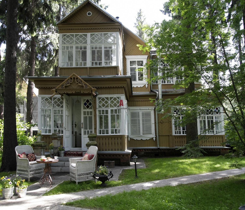 перила роскошный сад и дом с мезонином фото разнообразно