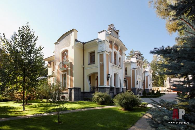 Фасад дома в стиле модерн обращенный в