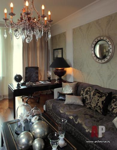Фото интерьера гостиной в современном классическом стиле.