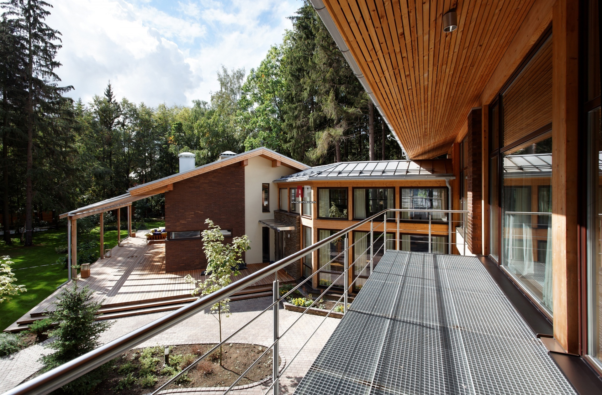 Фото балкона дома в эко-стиле.