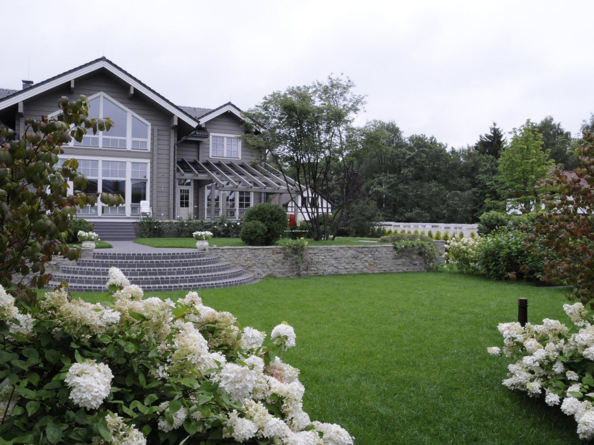 Ландшафтный дизайн участка с деревянным домом фото