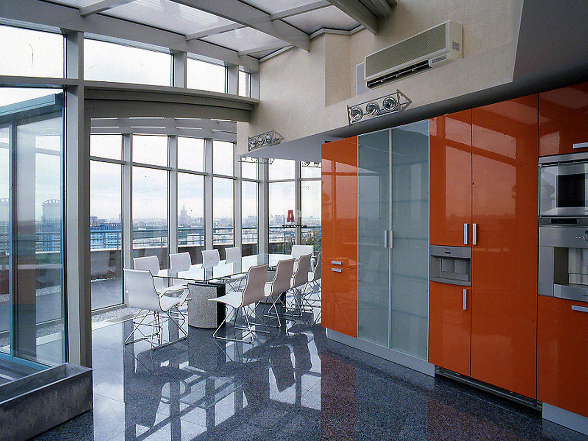 Фото интерьера кухни трехуровневого пентхауса в стиле хай-те.
