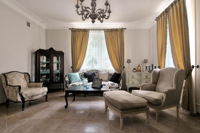 Фото интерьера гостиной трехэтажного дома в стиле Прованс.