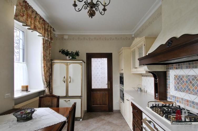 Фото интерьера кухни трехэтажного дома в стиле Прованс.