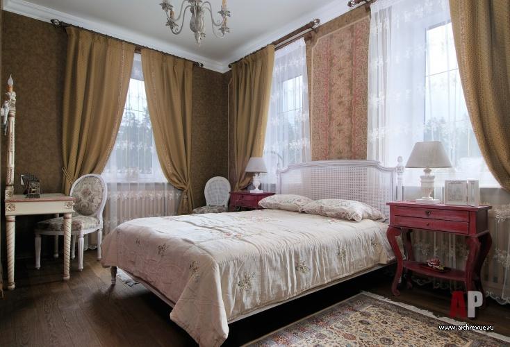 Фото интерьера спальни трехэтажного дома в стиле Прованс.