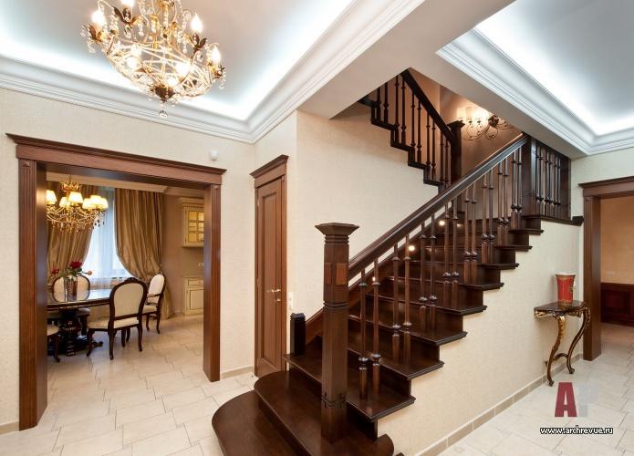 Цвет внутренней лестницы принято