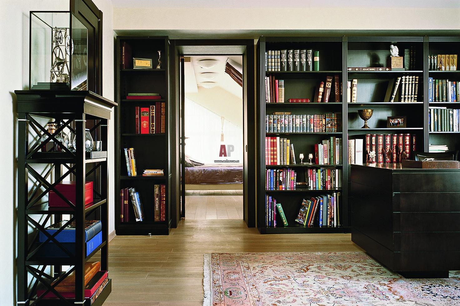Фото интерьера библиотеки дома в современном стиле.