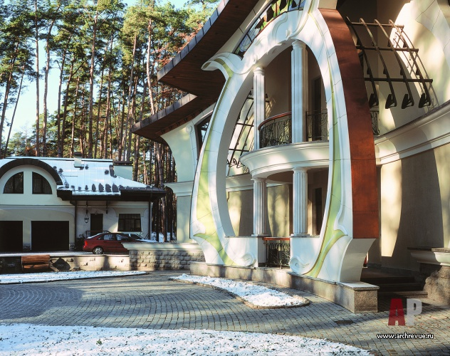 Фото главного фасада дома в стиле