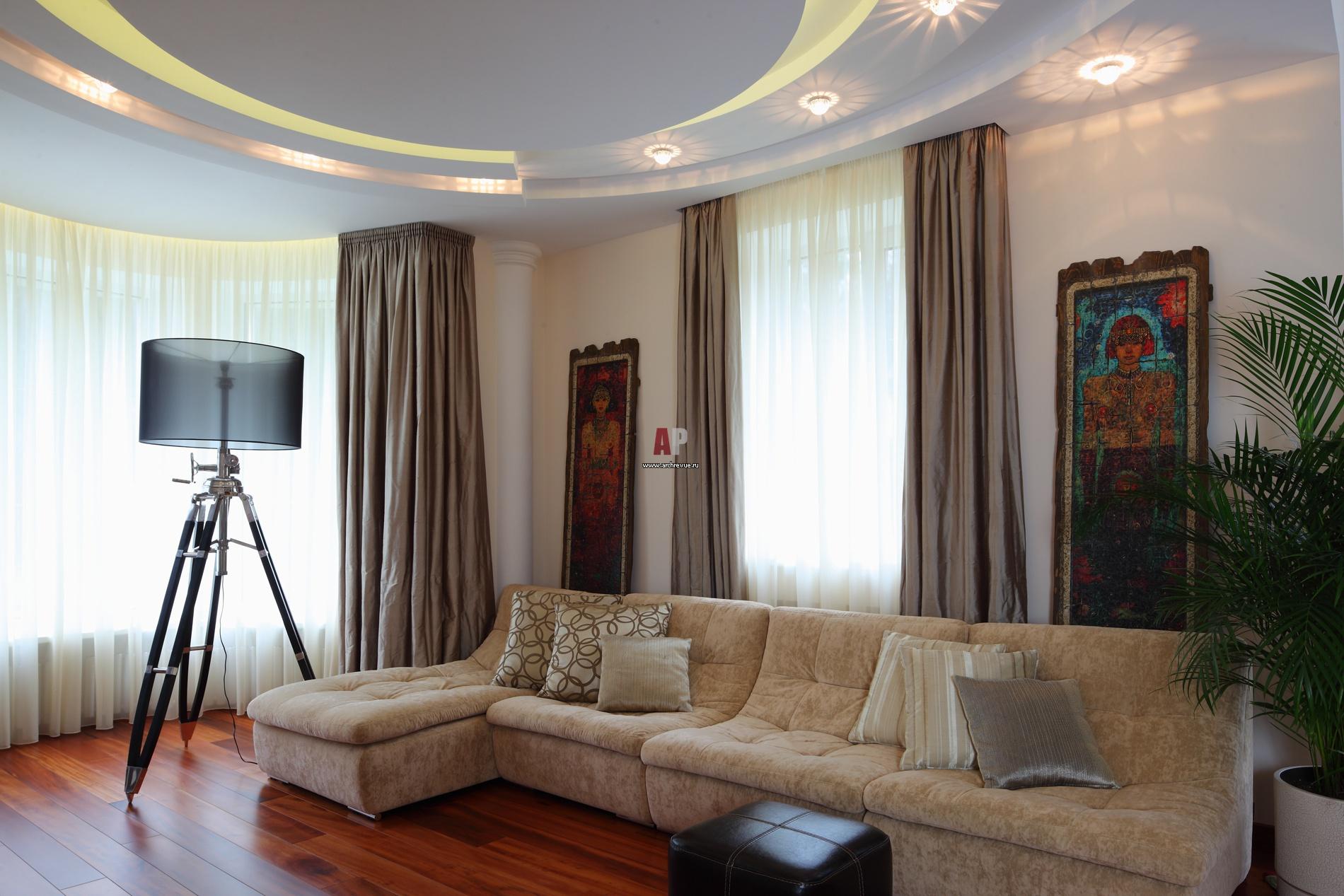 Дизайн угловой комнаты в хрущевке с двумя окнами на разных стенах фото