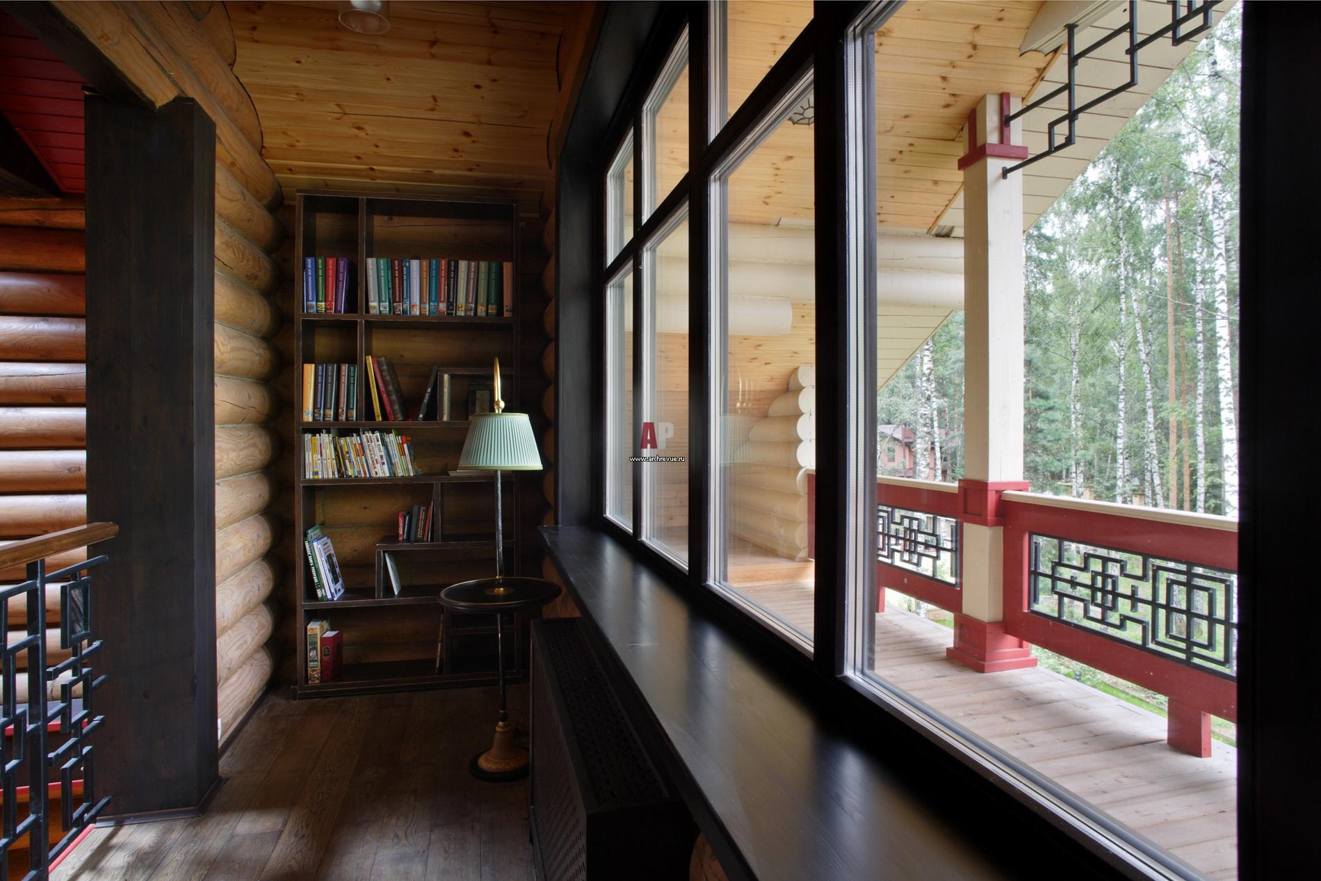 Закрытый балкон в деревянном доме..