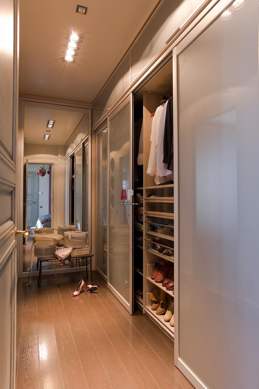Фото интерьера гардеробной квартиры в классическом стиле.