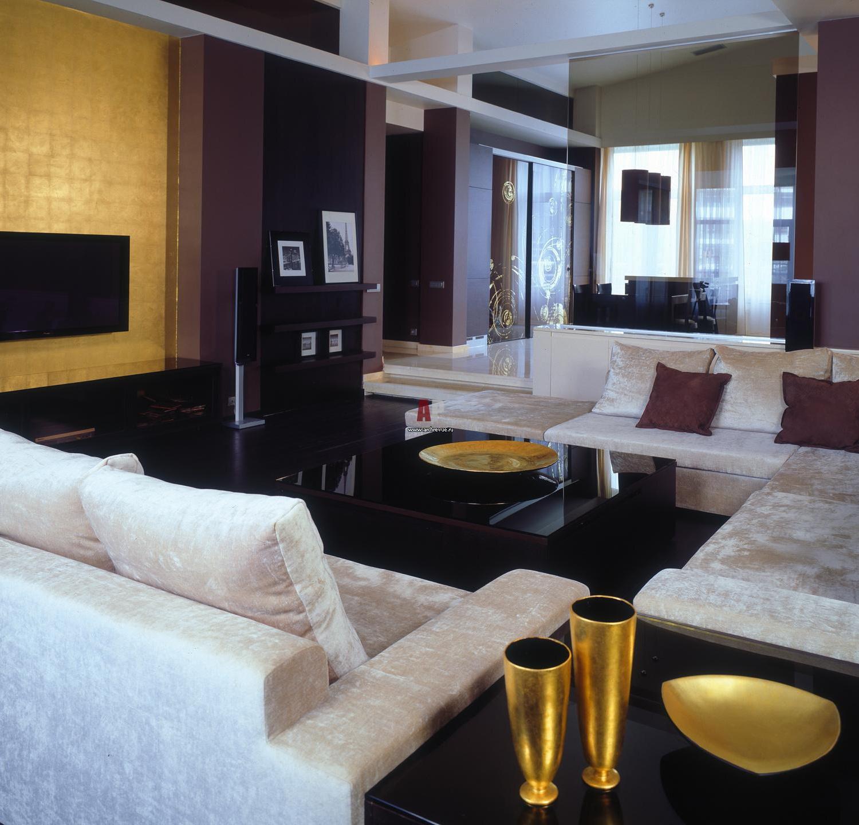 Интерьер с золотой стеной